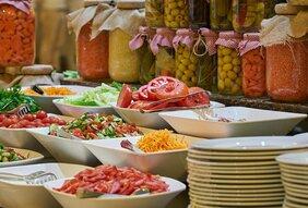 Lagana letnja obrok salata sa povrćem i tortiljom