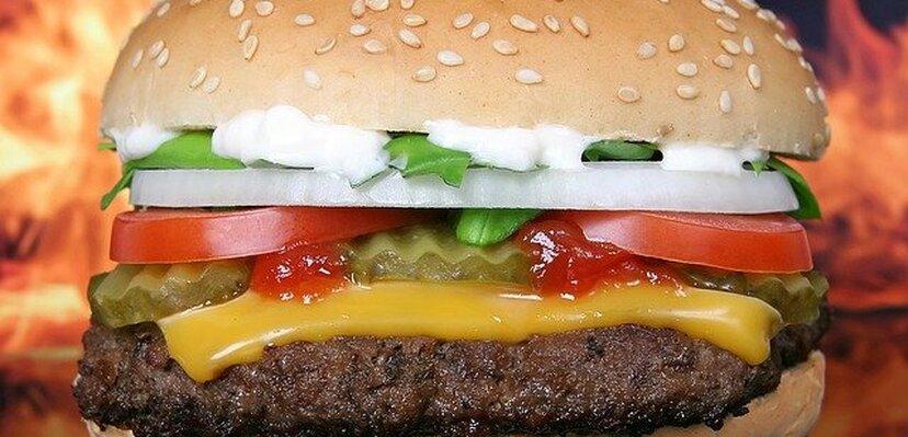 Volite hamburger? Pročitajte šta se sve dešava u organizmu kad ga pojedete